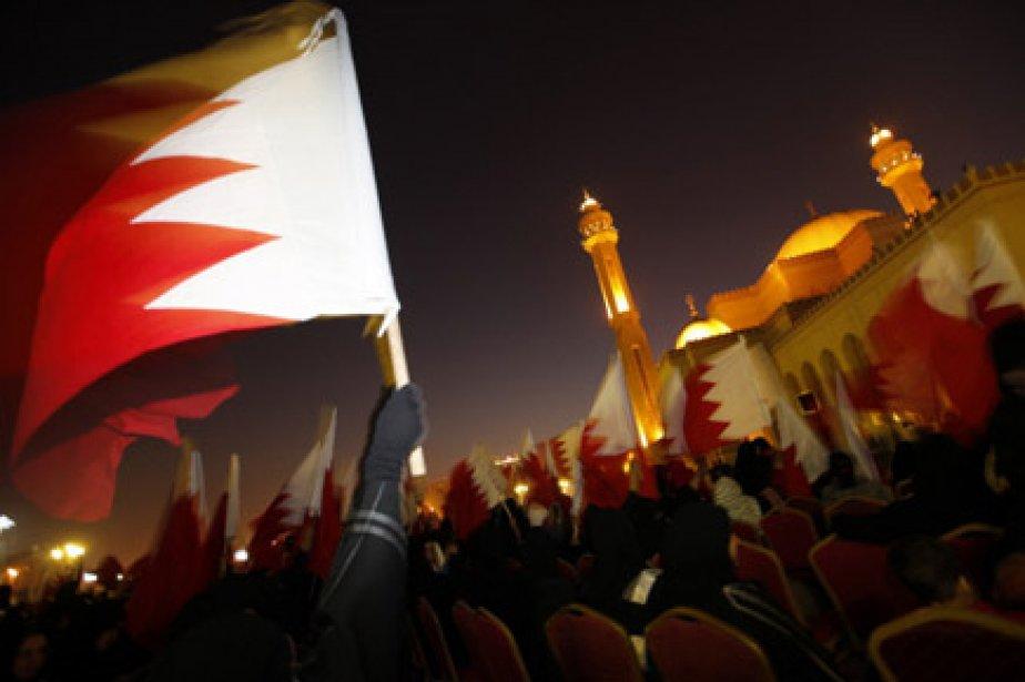 Des milliers de Bahreïnis ont défilé lundi soir... (Photo: Reuters)