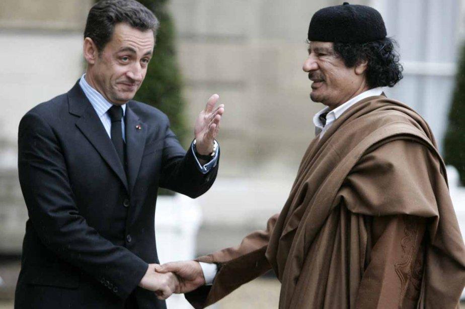 Le président français, Nicolas Sarkozy, regrette-t-il maintenant d'avoir... (Photo: archives AP)