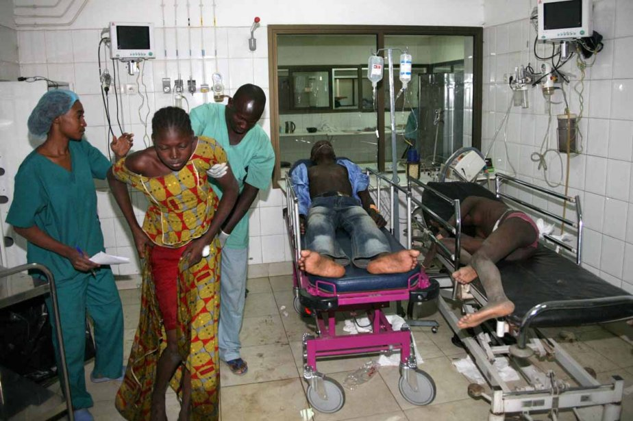 Des hommes et des femmes, blessés lors de... (Photo: AFP)