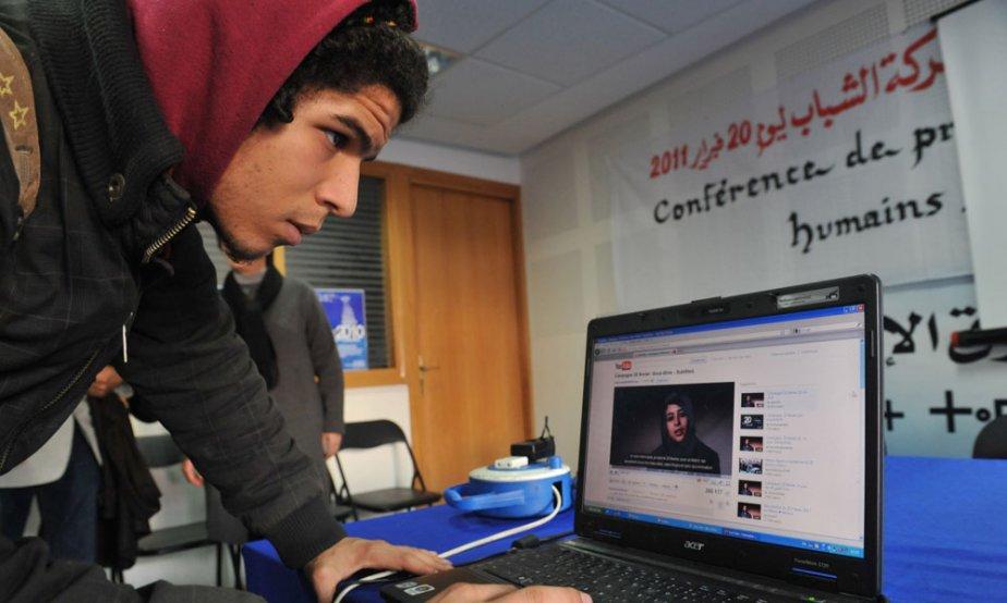 Un jeune Marocain regarde une vidéo sur YouTube... (Photo: AFP)