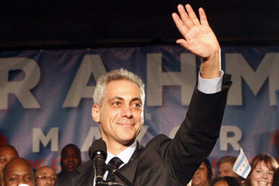 Rahm Emanuel salue ses partisans, mardi soir, après... (Photo: Reuters)