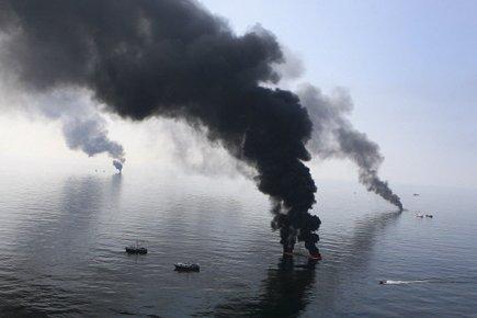 L'explosion, le 20 avril 2010, de la plateforme... (Photo: Reuters)