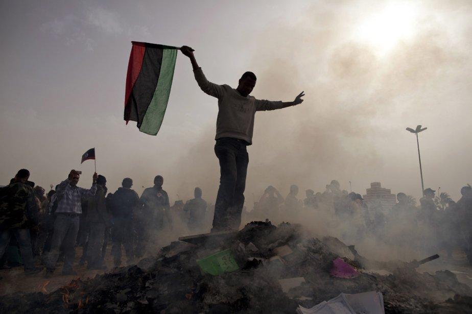 À Benghazi, des opposants de Kadhafi ont incendié,... (Photo: AP)