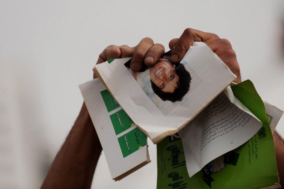 Des insurgés ont brûlé, mercredi, des centaines d'exemplaires... (Photo: AFP)