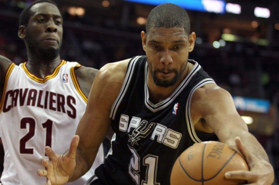Tim Duncan, des Spurs, contrôle le ballon devant... (Photo: Reuters)