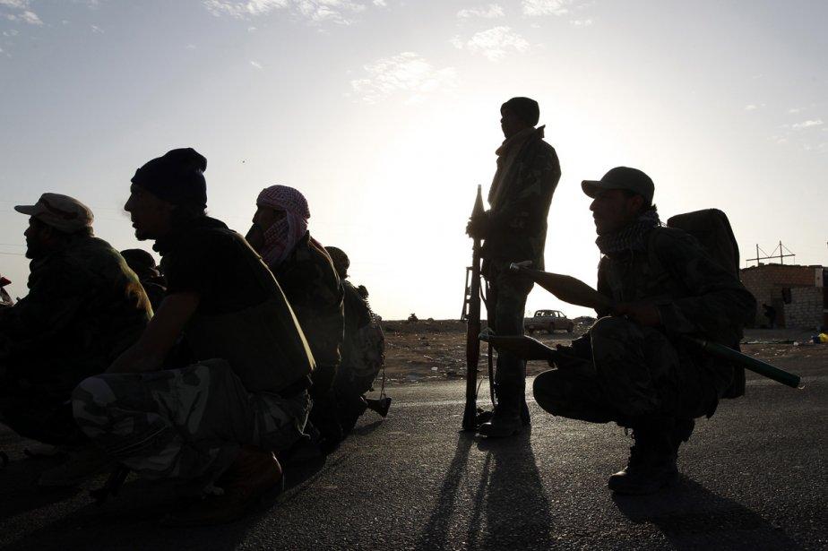 À Brega, des insurgés écoutent les instructions de... (Photo: Reuters)