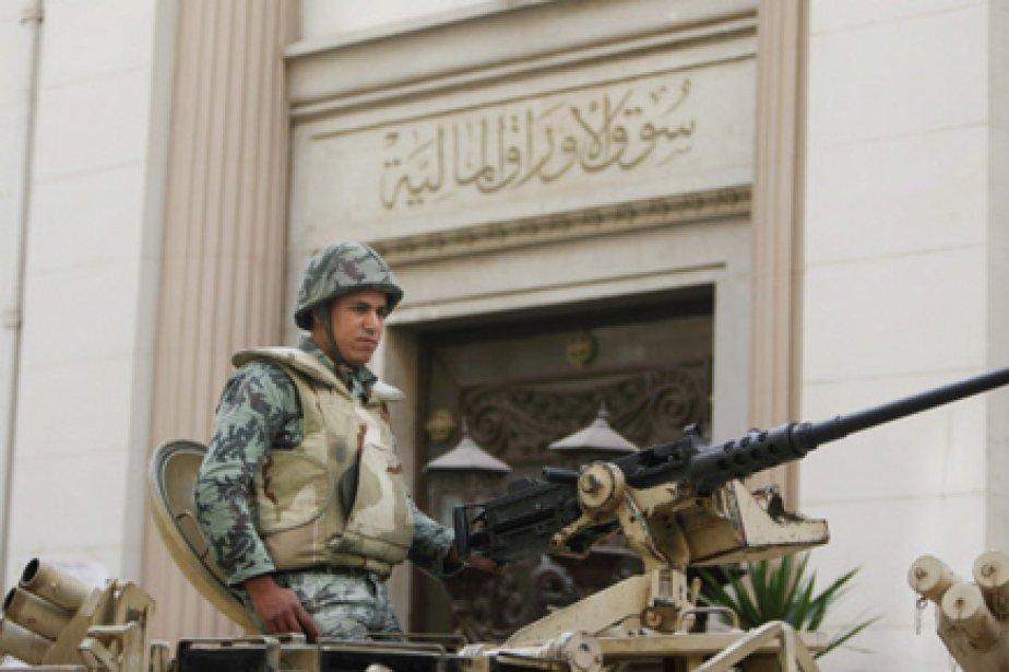 Un soldat égyptien monte la garde devant la... (Photo: Nasser Nasser, AP)