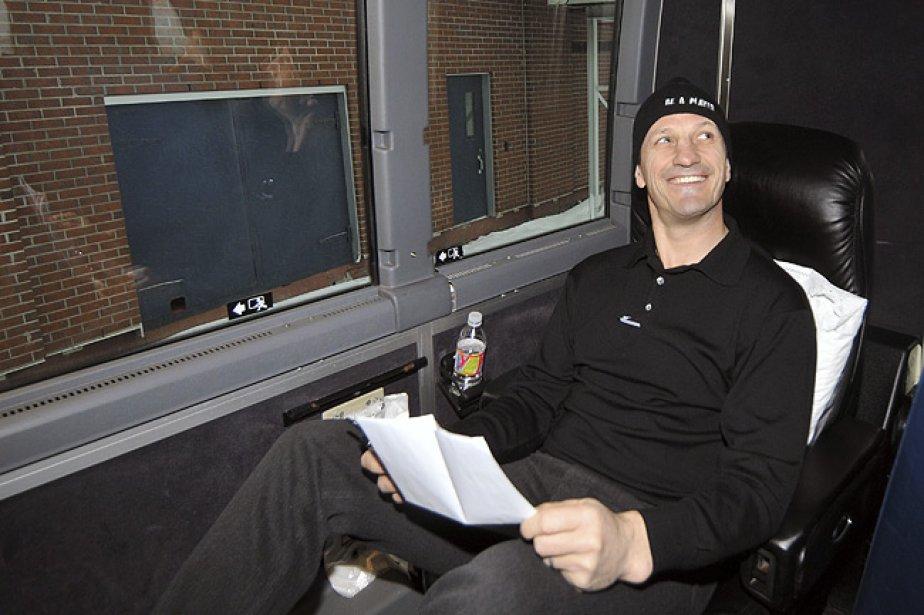 Guy Carbonneau à son premier voyage en autocar... (Photo: archives Le Quotidien)