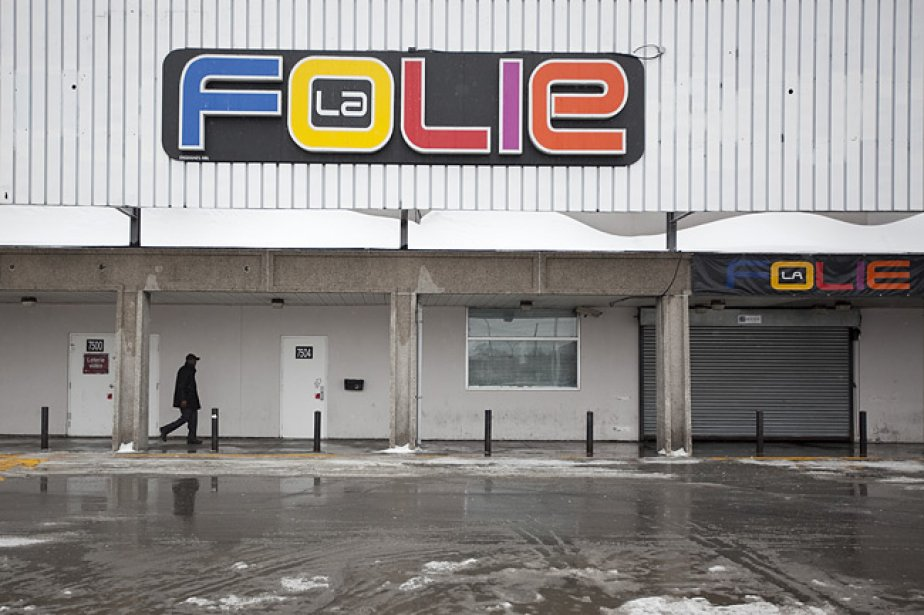 Les policiers ont investi le bar La Folie... (Photo: Marco Campanozzi, La Presse)