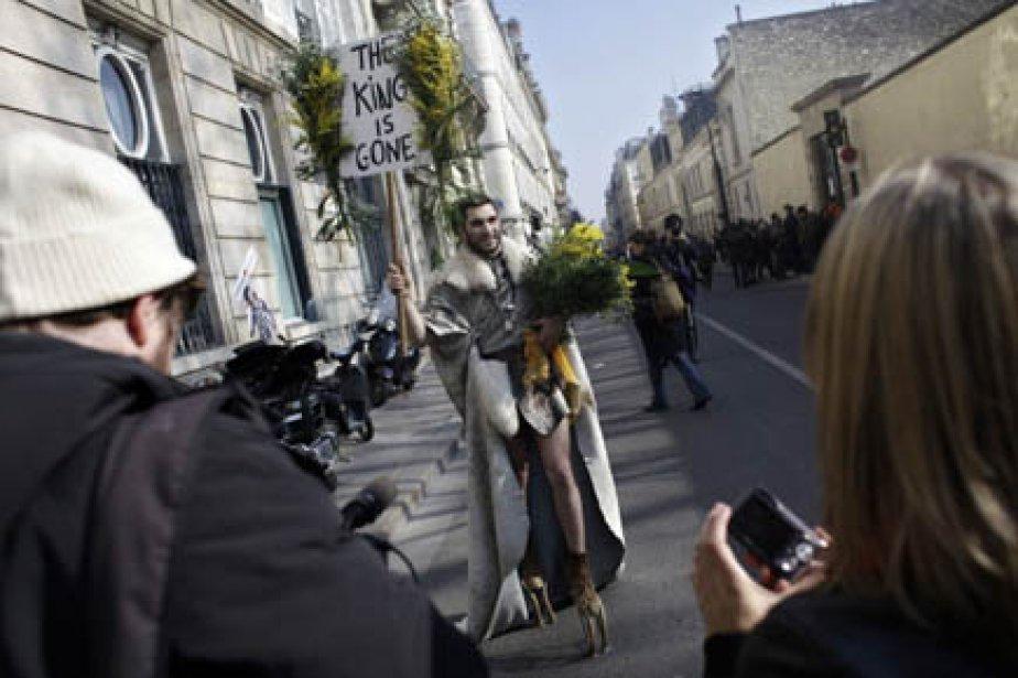 Un homme juché sur de hauts talons rendait... (Photo AFP)