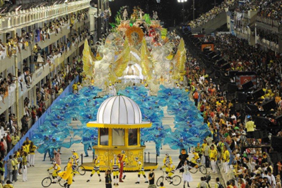 Costumes extravagants, percussions assourdissantes, chars... (Photo: AFP)