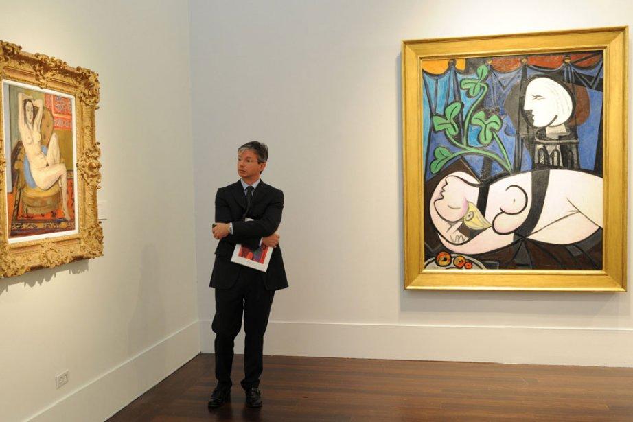 Un visiteur regarde les tableaux Nu au coussin... (Photo: AFP)