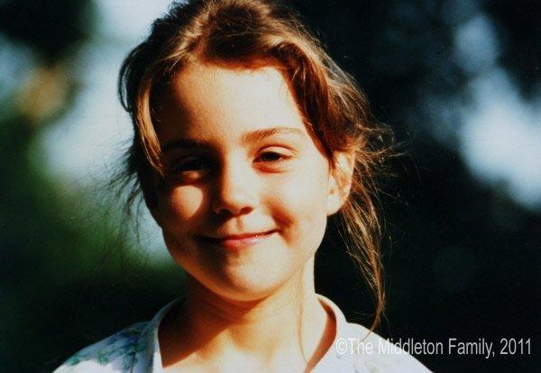 Kate à l'âge de cinq ans, souriant d'un...