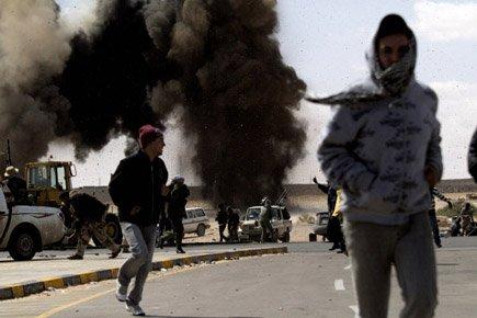 L'aviation libyenne a bombardé intensément la ville pétrolière... (Photo: AFP)