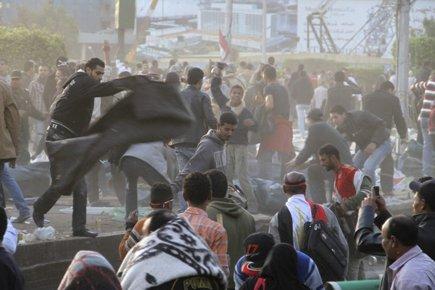 Des sympathisants de Moubarak ont tenté de chasser... (Photo: AP)