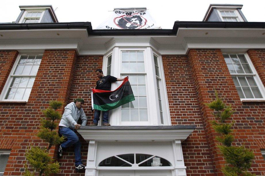 Un groupe de Libyens a pris d'assaut la... (Photo: AP)