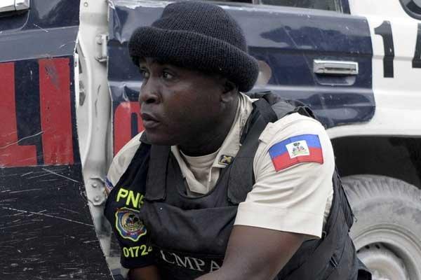 Un officier des forces de police haïtienne.... (Photo AFP)