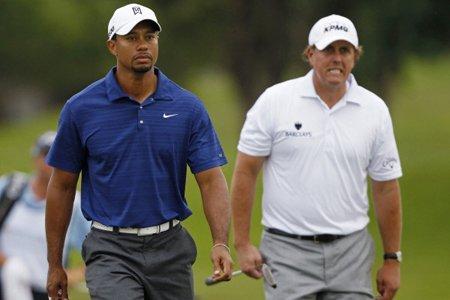 Phil Mickelson (à droite) affichait un pointage cumulatif... (Photo: Reuters)
