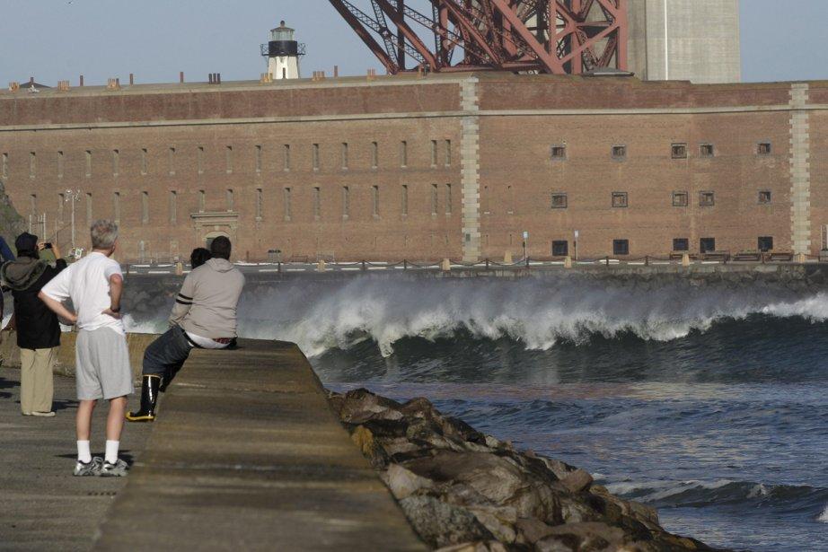 Près de San Francisco, des Américains regardent les... (Photo: AP)