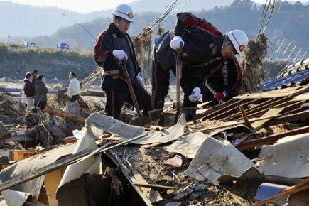 Des secouristes japonais sont à la recherche de... (Photo: Reuters)