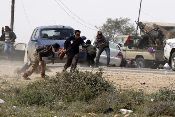 Des journalistes étrangers se mettent à couvert lors... (Photo Reuters)