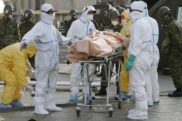 Une personne irradiée reçoit les premiers soins à... (Photo AFP)