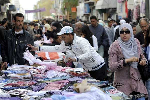 Alors que la Libye voisine s'enfonce dans la... (Photo Associated Press)