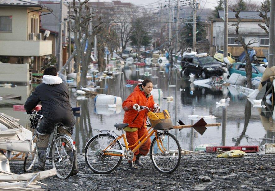 Des citoyens de Shiogama, au nord-est de la... (PHOTO: KYODO NEWS, AP)