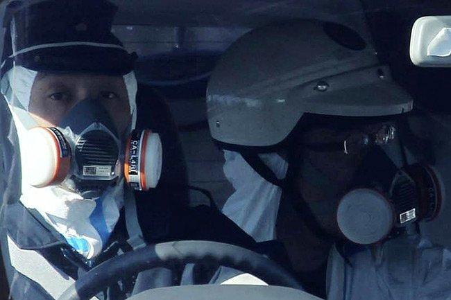Des officiers de police japonais circulent près de... (Photo: Reuters)
