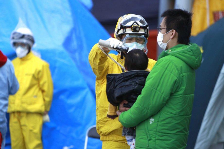 Un spécialiste évalue le degré de radioactivité d'un... (Photo: AFP)