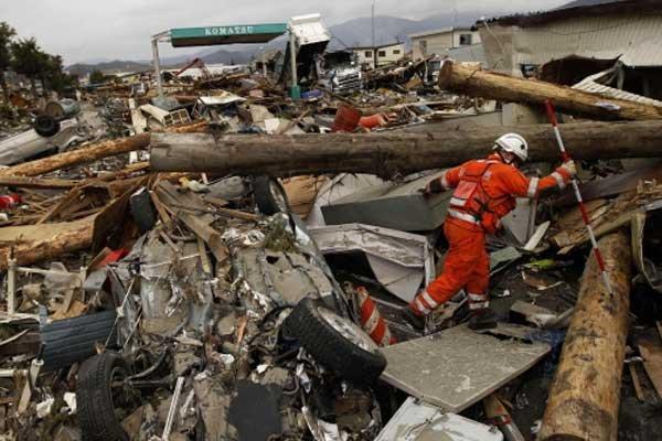 Le Japon cherche ses disparus.... (Photo AP)