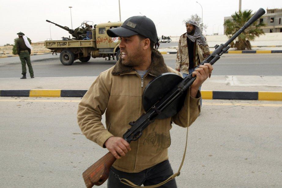 Un insurgé se prépare à l'arrivée des forces... (Photo: AFP)