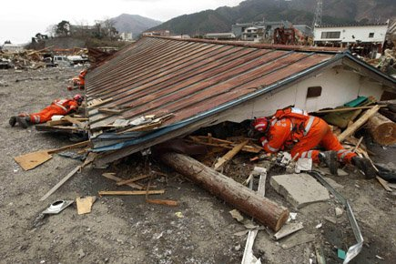 Une équipe de secouristes britannique cherche des survivants... (Photo: AP)
