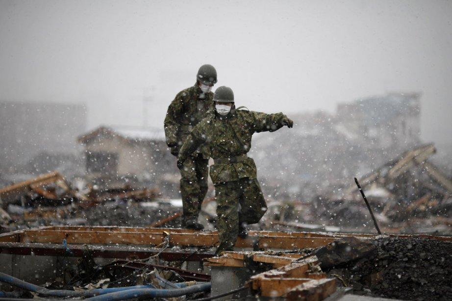 Les secouristes doivent maintenant affronter la neige, ce... (Photo: AFP)