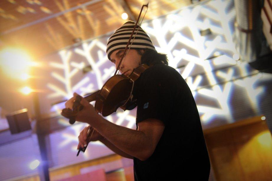 Le violoniste Célestin Bouchard divertit les convives à... (Photo: Bernard Brault, La Presse)