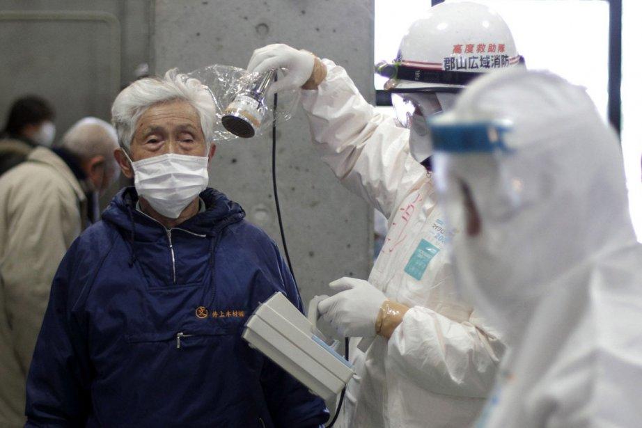 Des soldats japonais s'équipent pour nettoyer une zone... (Photo: AP)