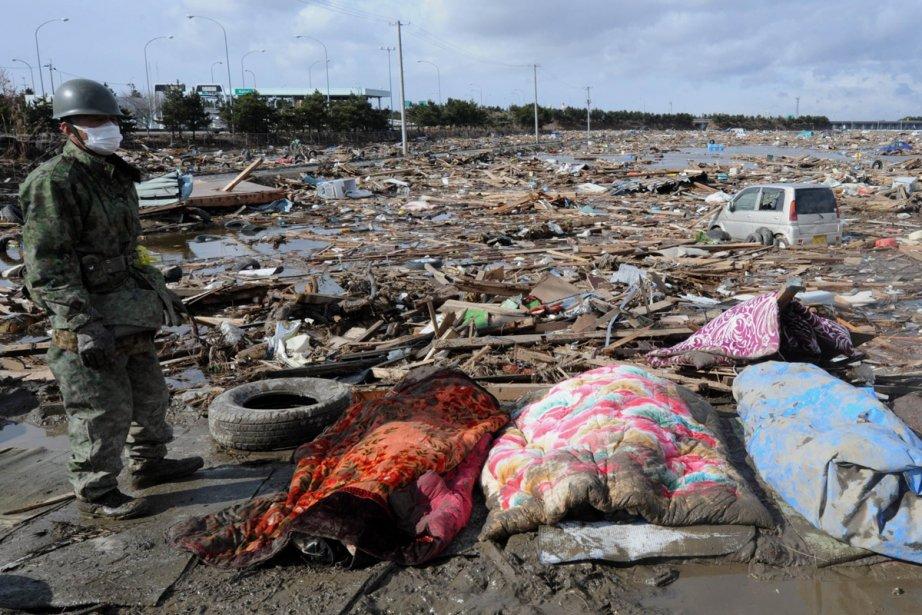 Les secours gardent peu d'espoir, maintenant, de trouver... (Photo: AFP)