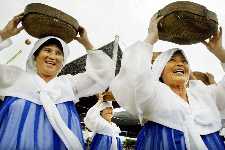 Des femmes en costume traditionnels dansent dans la... (Photo: AFP)