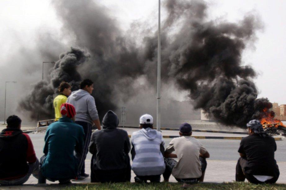 Des jeunes regardent flamber des pneus incendiés lors... (Photo: AFP)
