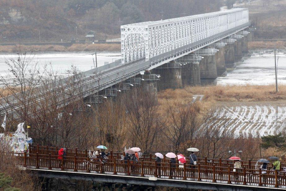 Des touristes regardent le Pavillon Imjingak depuis le... (Photo: AFP)