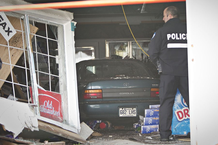 Une voiture a défoncé la façade d'un dépanneur... (Photo: Patrick Sanfaçon, La Presse)