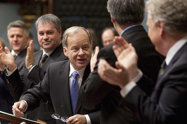 Le ministre des Finances, Raymond Bachand, est applaudi... (Photo: PC)