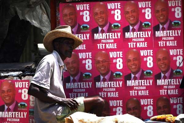 Des affiches du candidat Michel Martelly qui est... (Photo AFP)