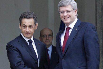 Le président français Nicolas Sarkozy accueille le premier... (Photo: Christophe Ena, AP)