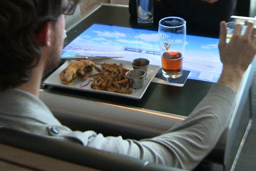 Les tables tactiles du restaurant iBurger sont censées... (Photo: François Roy, La Presse)