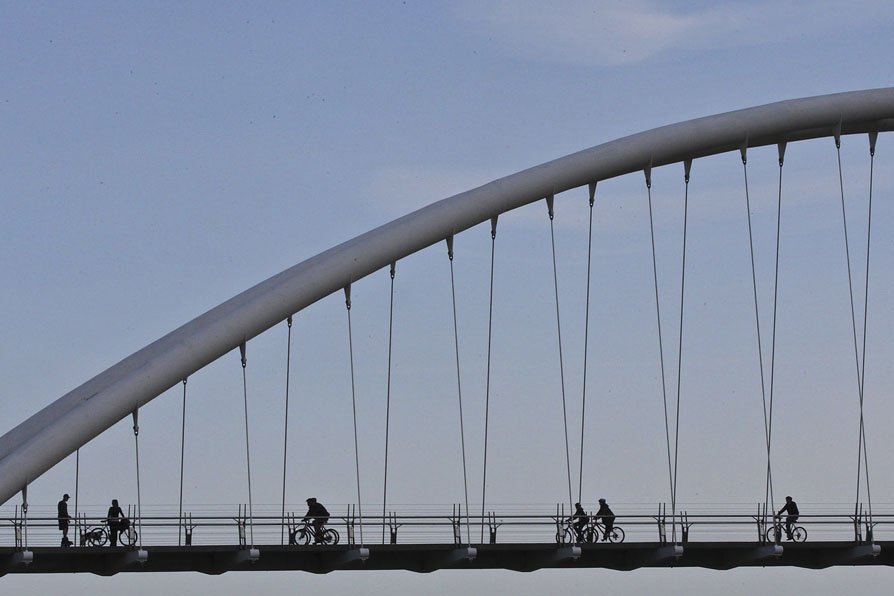 Des cyclistes traversent le Humber Bay Bridge, à... (Photo: PC)