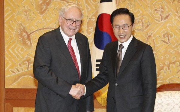 Warren Buffett et le président sud-coréen Lee Myung-Bak, lundi à... (Photo Reuters)