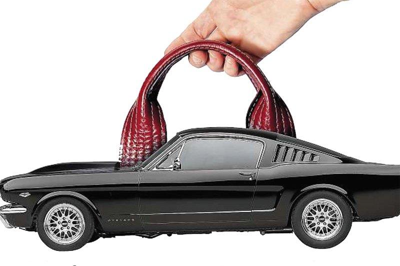 L'intérieur des vieilles voitures et les parapluies... (Photomontage: La Presse)