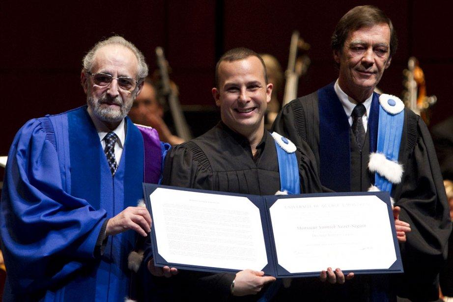 Yannick Nézet-Séguin (au centre) reçoit son doctorat honorifique... (Photo: Robert Skinner, La Presse)