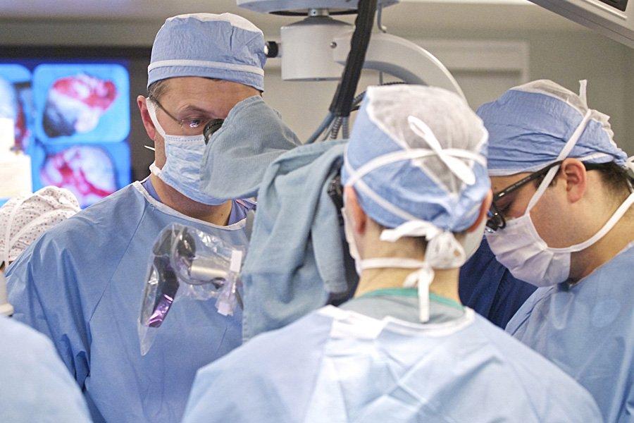 L'équipe du chirurgien Bohdan Pomahac, une trentaine de... (Photo: AFP/Lightchaser Photography)